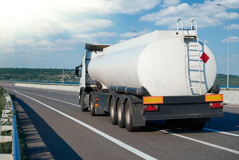 Το φορτηγό καυσίμων οδηγά στο δρόμο, άσπρο κενό χρώμα, οπισθοσκόπο, ένα αντικείμενο στην εθνική οδό στοκ φωτογραφίες με δικαίωμα ελεύθερης χρήσης
