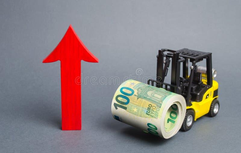 Το φορτηγό με το κίτρινο περονοφόρο μεταφέρει ένα μεγάλο πακέτο ευρώ και κόκκινο βέλος προς τα επάνω Οικονομικές μεταρρυθμίσεις,  στοκ φωτογραφίες