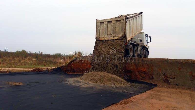 Το φορτηγό ξεφορτώνει το αμμοχάλικο στοκ εικόνα