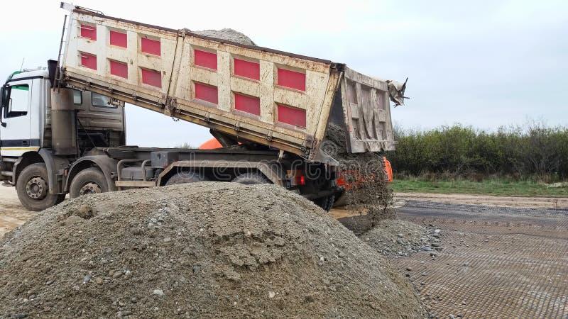 Το φορτηγό ξεφορτώνει το αμμοχάλικο στοκ εικόνες με δικαίωμα ελεύθερης χρήσης