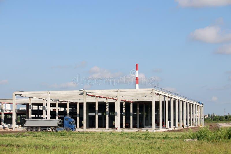 Το φορτηγό περνά από το εργοτάξιο οικοδομής εργοστασίων στοκ εικόνες