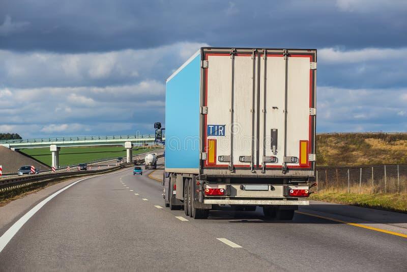 Το φορτηγό πηγαίνει σε μια έκβαση στοκ εικόνα
