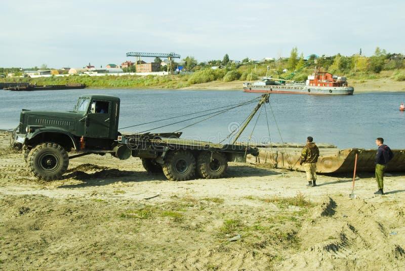 Το φορτηγό τραβά την ενότητα γεφυρών πακτώνων στοκ εικόνες με δικαίωμα ελεύθερης χρήσης