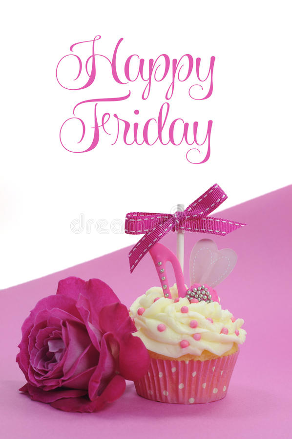Το φούξια ρόδινο θέμα cupcake με τη διακόσμηση παπουτσιών και καρδιών και όμορφος αυξήθηκε, με την ευτυχή Παρασκευή στοκ εικόνες