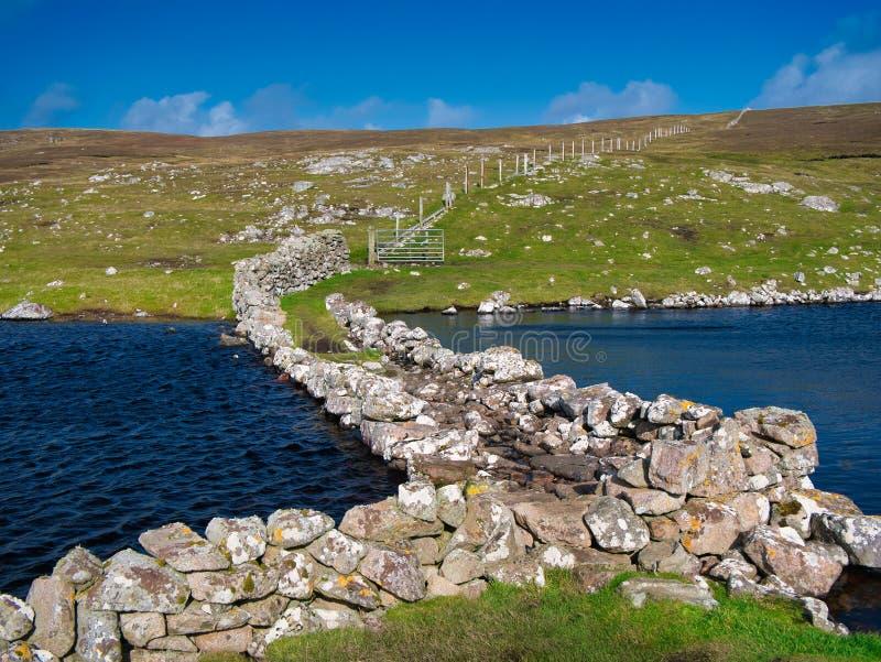 Το φράγμα στο Loch of the Brough, Culswick, Mainland, Shetland, UK στοκ φωτογραφίες με δικαίωμα ελεύθερης χρήσης