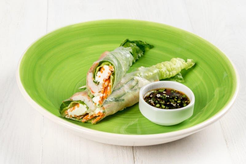 Το φρέσκο ανάμεικτο ασιατικό ελατήριο κυλά με τις γαρίδες, λαχανικά, φρούτα, αγροτικά στοκ φωτογραφία με δικαίωμα ελεύθερης χρήσης