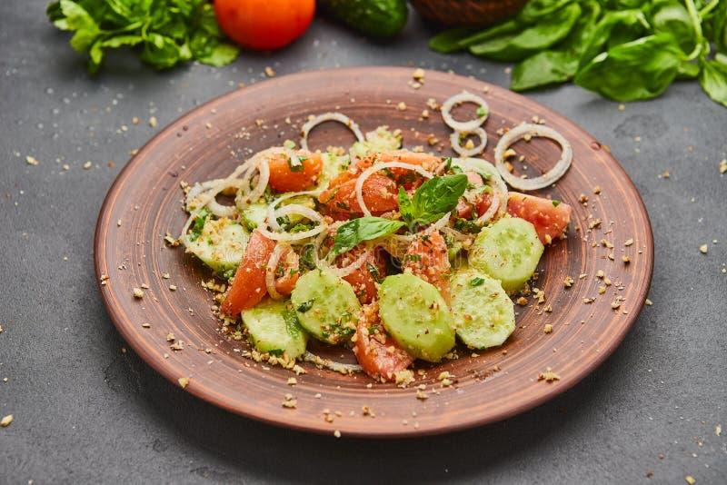 Το φρέσκο ελατήριο detox αναμιγνύει τη σαλάτα με τα λαχανικά όπως οι ντομάτες, τα αγγούρια και το κρεμμύδι στοκ εικόνα με δικαίωμα ελεύθερης χρήσης