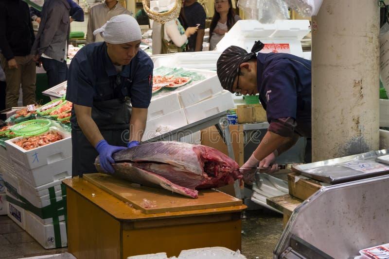 Το φρέσκο ψάρι τόνου προετοιμάζεται στην αγορά Omicho στοκ εικόνα με δικαίωμα ελεύθερης χρήσης