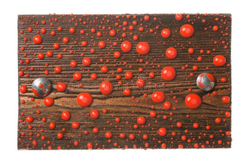 Το φυσικό πλαίσιο έκανε από τη σανίδα με τα μπουλόνια μετάλλων στις πτώσεις του κόκκινου χρώματος απομονωμένος στοκ φωτογραφία με δικαίωμα ελεύθερης χρήσης