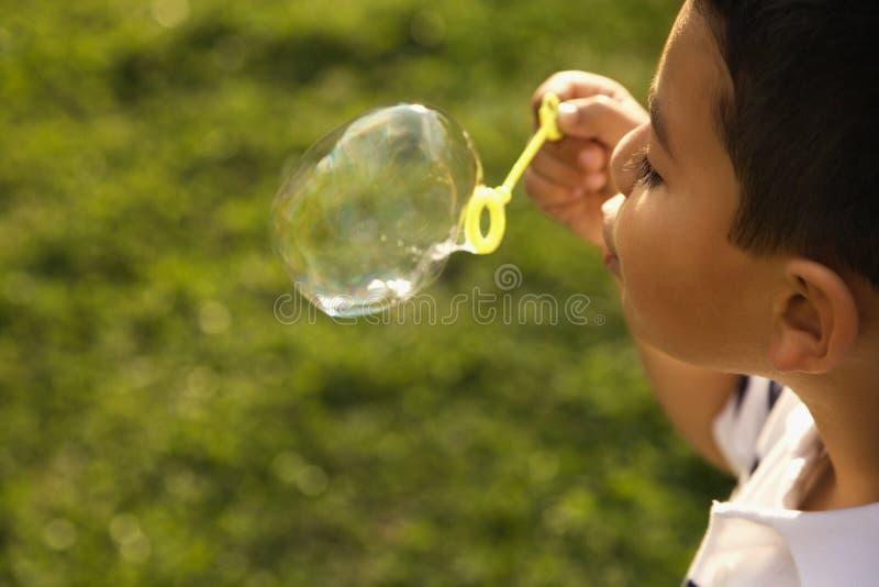 το φυσώντας αγόρι βράζει ν&ep στοκ φωτογραφία με δικαίωμα ελεύθερης χρήσης