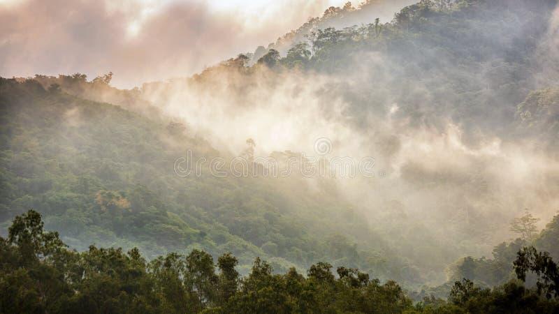 το φως ήλιων λάμπει στην ομίχλη πέρα από τη σειρά βουνών στοκ φωτογραφία με δικαίωμα ελεύθερης χρήσης