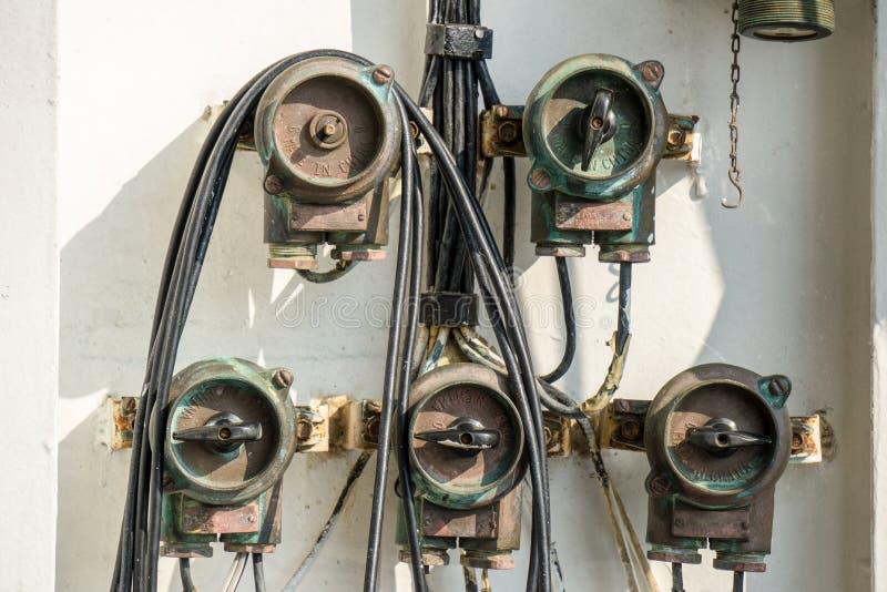 Το φως ρίψης ορείχαλκου ανάβει το πολεμικό πλοίο πινάκων στοκ εικόνες