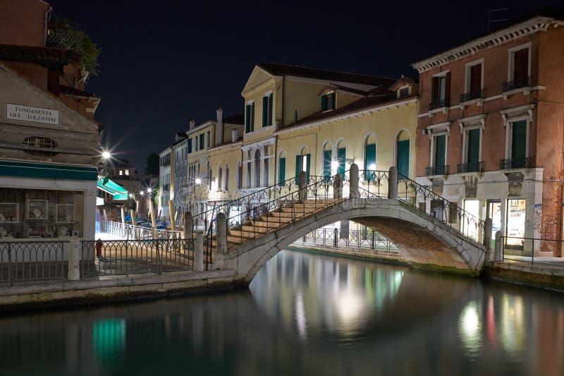 Το φως της μακροχρόνιας έκθεσης της Βενετίας τή νύχτα. στοκ εικόνες
