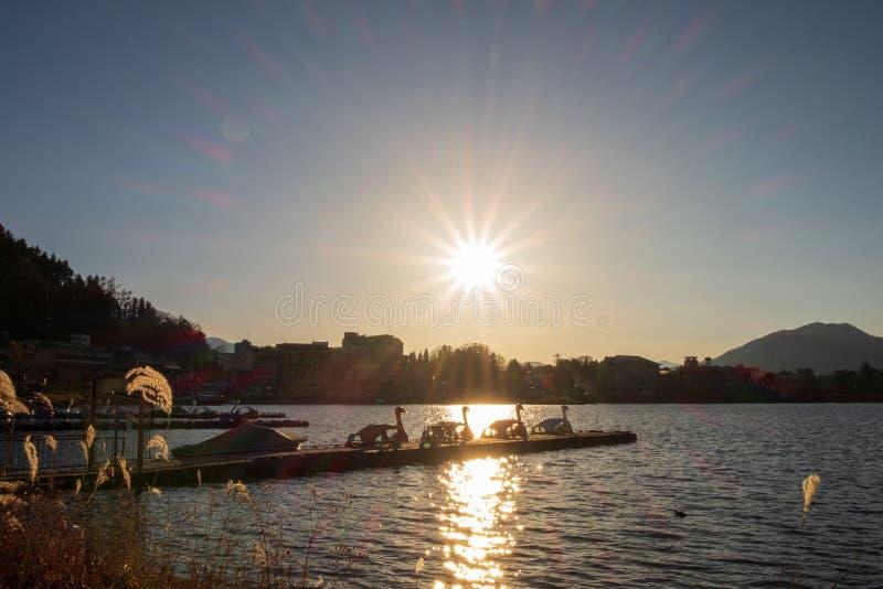 Το φως του ήλιου που απεικονίζει στις λίμνες και τα λιμάνια έχει μια βάρκα πενταλιών, ζωντανός στον ελεύθερο χρόνο στοκ εικόνες με δικαίωμα ελεύθερης χρήσης