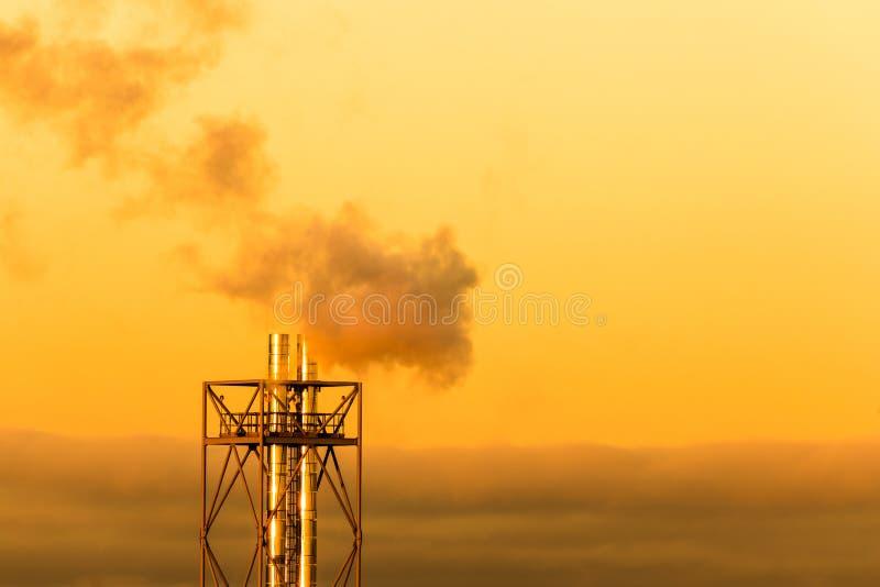 Το φωτεινό ζωηρόχρωμο τοπίο του βρασίματος στον ατμό των σωλήνων ή των σωλήνων στο υπόβαθρο του πορτοκαλιού πρωινού ή να εξισώσει στοκ φωτογραφία με δικαίωμα ελεύθερης χρήσης