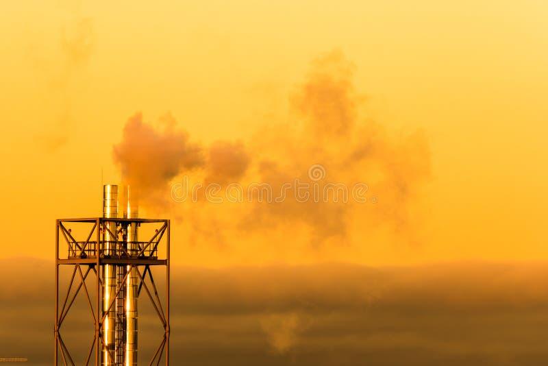 Το φωτεινό ζωηρόχρωμο τοπίο του βρασίματος στον ατμό των σωλήνων ή των σωλήνων στο υπόβαθρο του πορτοκαλιού πρωινού ή να εξισώσει στοκ φωτογραφίες με δικαίωμα ελεύθερης χρήσης