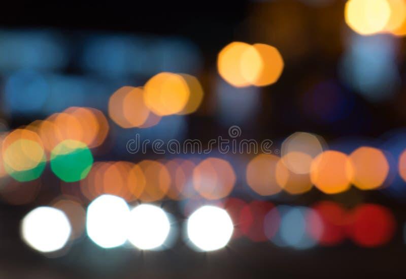 Το φωτεινό και αφηρημένο θολωμένο ζωηρόχρωμο υπόβαθρο ουράνιων τόξων με το λαμπύρισμα ακτινοβολεί στοκ εικόνες
