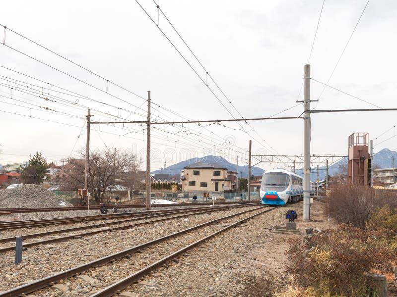 Το φωτεινό τραίνο φθάνει στο σταθμό στοκ εικόνα με δικαίωμα ελεύθερης χρήσης