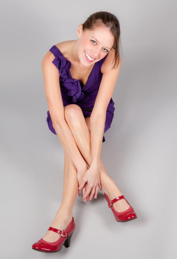 το φόρεμα βάζει τακούνια στην όμορφη χαμογελώντας γυναίκα στοκ φωτογραφίες με δικαίωμα ελεύθερης χρήσης