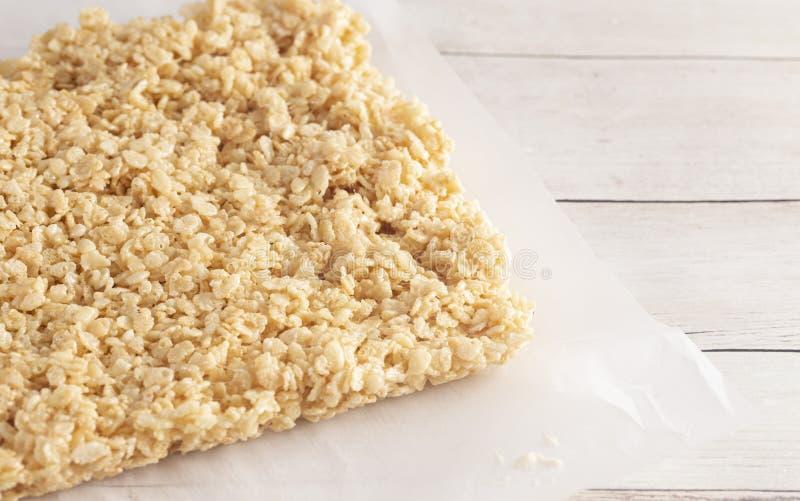 Το φύλλο των άκοπων Marshmallow τριζάτων δημητριακών ρυζιού μεταχειρίζεται τους φραγμούς στοκ εικόνες