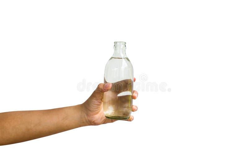 Το χέρι απομόνωσε: Μια καλλιεργημένη εκμετάλλευση χεριών ατόμων άνοιξε το μπουκάλι του wate στοκ φωτογραφίες