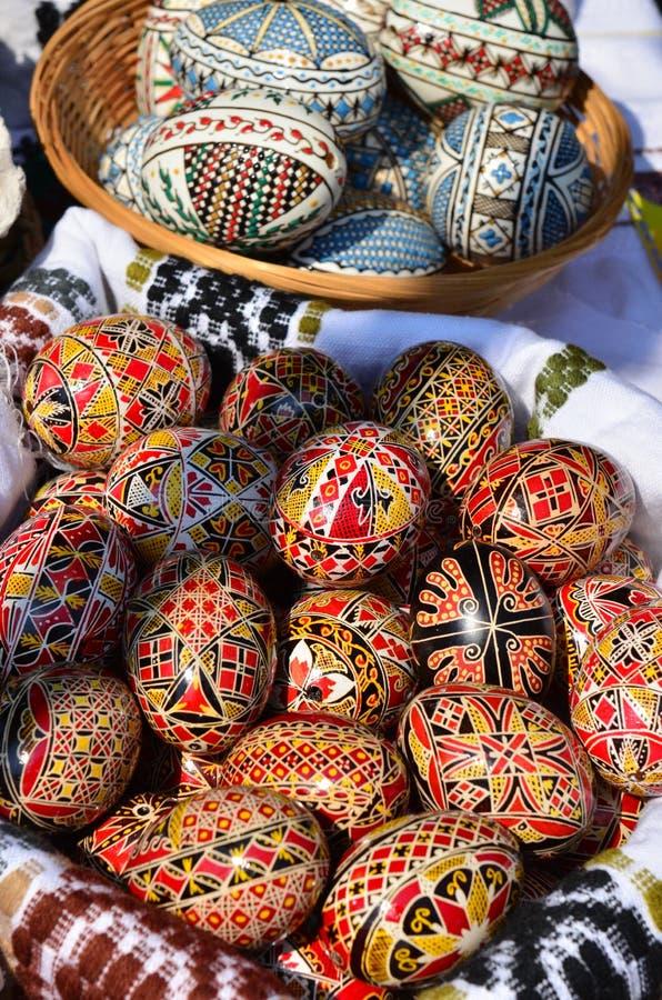 το χέρι αυγών Πάσχας χρωμάτι&s στοκ εικόνα με δικαίωμα ελεύθερης χρήσης