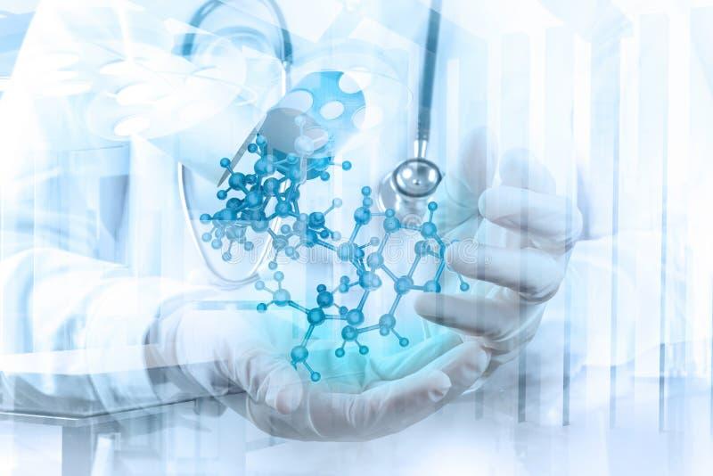 Το χέρι γιατρών επιστημόνων κρατά εικονικό μοριακό στοκ φωτογραφίες