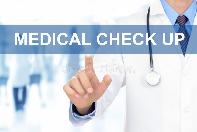 Το χέρι γιατρών σχετικά με τον ΙΑΤΡΙΚΟ ΕΛΕΓΧΟ υπογράφει ΕΠΑΝΩ στην εικονική οθόνη στοκ εικόνες με δικαίωμα ελεύθερης χρήσης