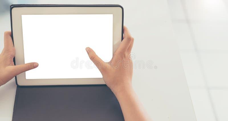 το χέρι γυναικών κρατά την ταμπλέτα οθόνης αφής στοκ φωτογραφία με δικαίωμα ελεύθερης χρήσης