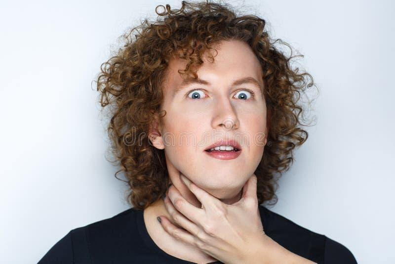Το χέρι γυναικών ο λαιμός ανδρών στοκ φωτογραφία με δικαίωμα ελεύθερης χρήσης