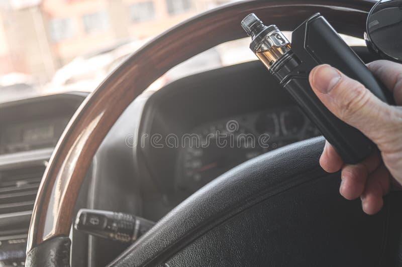 Το χέρι ενός ατόμου με έναν ψεκαστήρα στοκ φωτογραφία με δικαίωμα ελεύθερης χρήσης