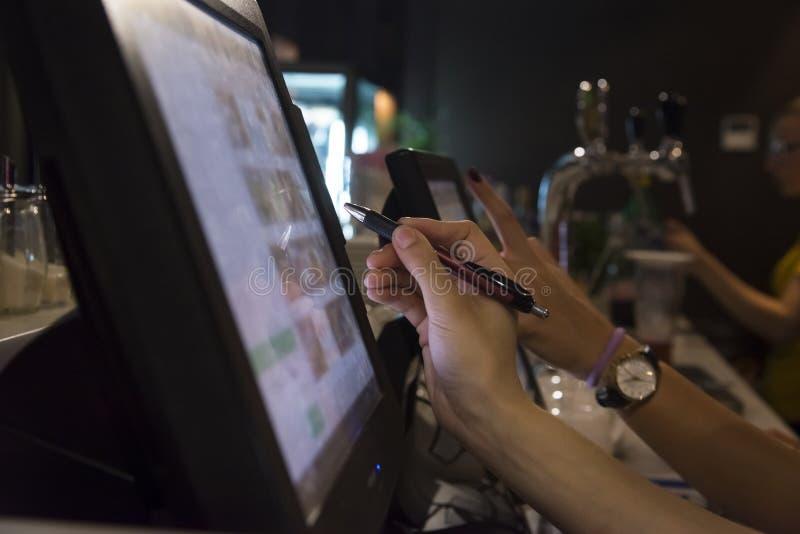 Το χέρι ενός προσώπου που συνεργάζεται με ένα όργανο ελέγχου αφής στοκ φωτογραφία με δικαίωμα ελεύθερης χρήσης
