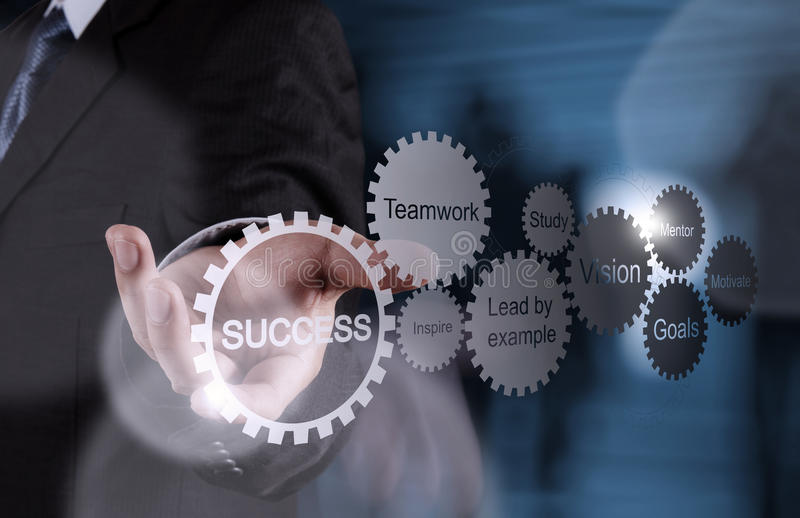 Το χέρι επιχειρηματιών παρουσιάζει διάγραμμα επιχειρησιακής επιτυχίας εργαλείων στοκ εικόνα