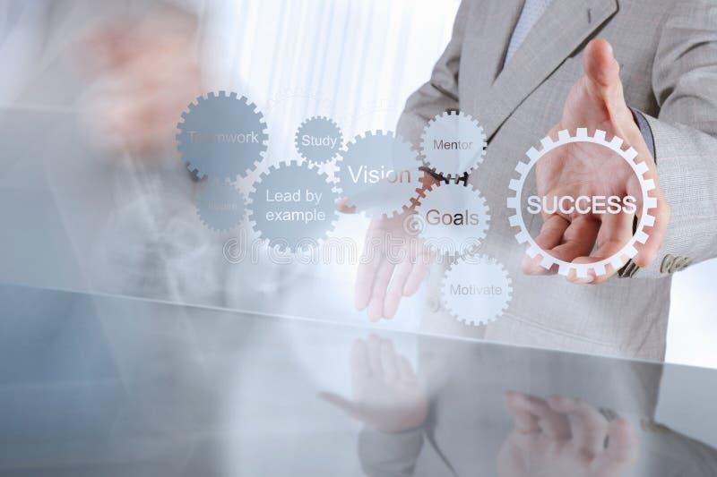 Το χέρι επιχειρηματιών παρουσιάζει διάγραμμα επιχειρησιακής επιτυχίας εργαλείων στοκ φωτογραφίες