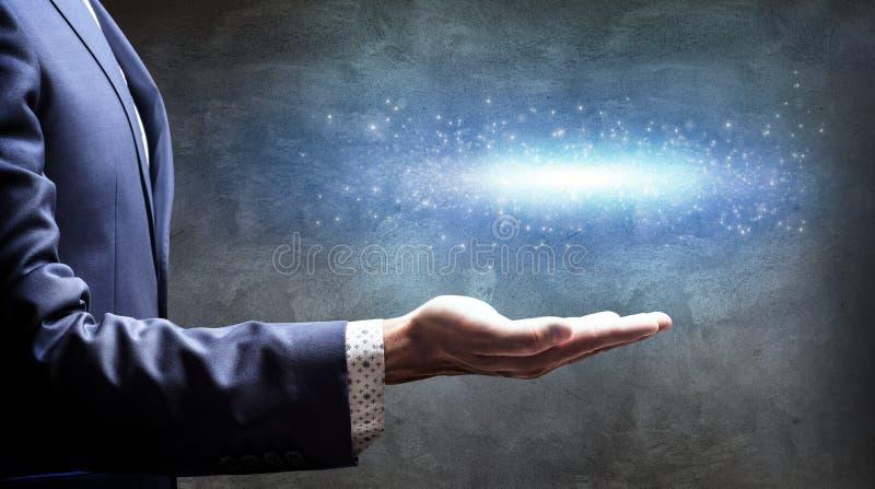 Το χέρι επιχειρηματιών παρουσιάζει λίγο έναστρο γαλαξία στοκ φωτογραφίες