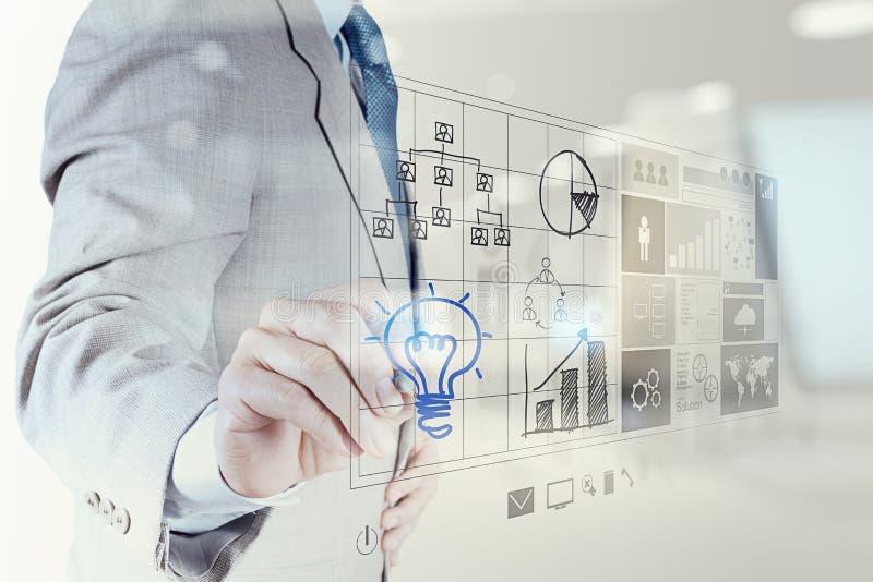 Το χέρι επιχειρηματιών σύρει lightbulb με τη νέα διεπαφή υπολογιστών απεικόνιση αποθεμάτων