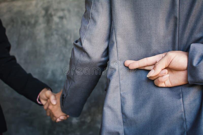 Το χέρι κουνημάτων επιχειρηματιών και προδίδει στοκ εικόνα
