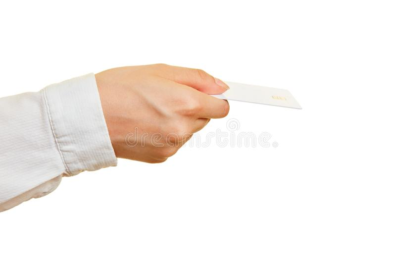 Το χέρι κρατά την κάρτα χρημάτων με το τσιπ μνήμης στοκ φωτογραφίες