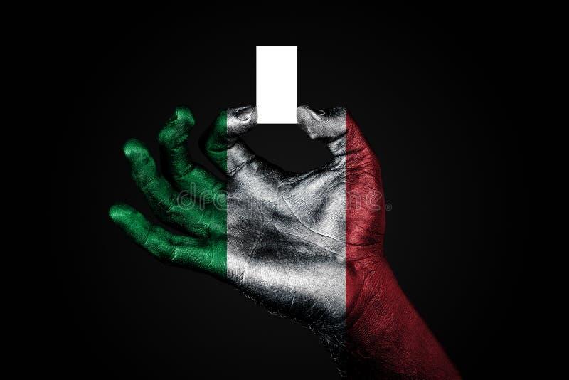 Το χέρι με μια χρωματισμένη σημαία Ιταλία που κρατά ένα μικρό άσπρο φύλλο με το διάστημα για μια επιγραφή, χλευάζει επάνω στοκ εικόνες