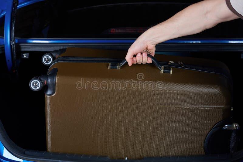 Το χέρι παίρνει τις αποσκευές στοκ φωτογραφίες