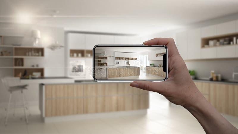 Το χέρι που κρατά το έξυπνο τηλέφωνο, εφαρμογή του AR, μιμείται τα έπιπλα και τα εσωτερικά προϊόντα σχεδίου στο πραγματικό σπίτι, στοκ φωτογραφίες