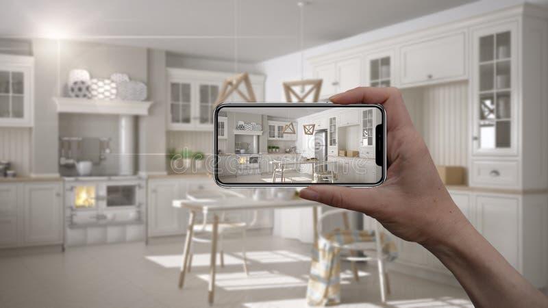 Το χέρι που κρατά το έξυπνο τηλέφωνο, εφαρμογή του AR, μιμείται τα έπιπλα και τα εσωτερικά προϊόντα σχεδίου στο πραγματικό σπίτι, διανυσματική απεικόνιση