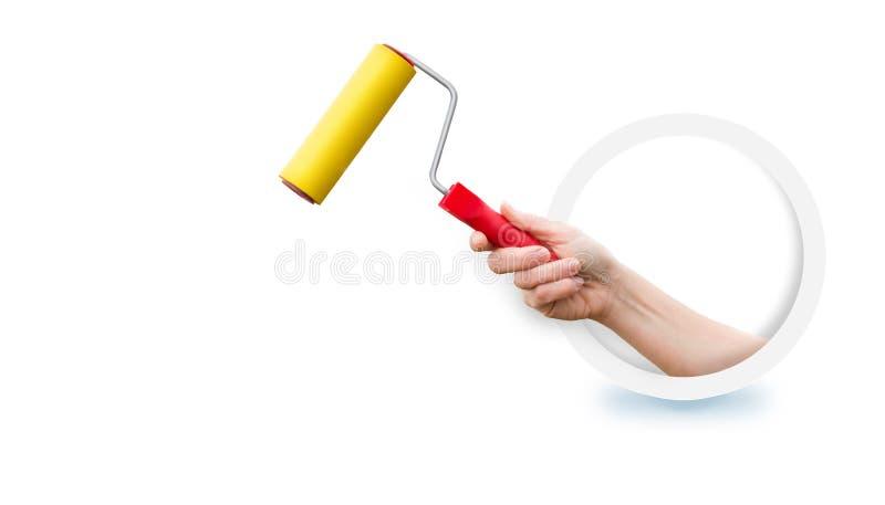Το χέρι που κρατά τον κύλινδρο για τη συγκόλληση στοκ εικόνες