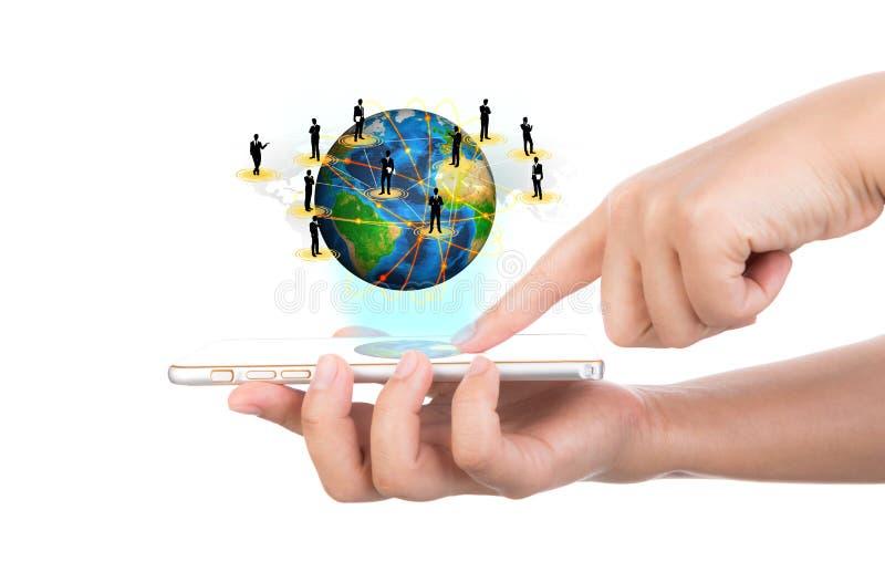Το χέρι που κρατά το σύγχρονο κινητό τηλέφωνο τεχνολογίας επικοινωνιών παρουσιάζει τ στοκ φωτογραφία με δικαίωμα ελεύθερης χρήσης