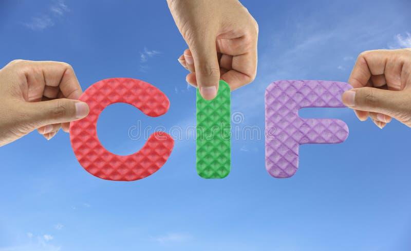 Το χέρι τακτοποιεί το αλφάβητο CIF της ασφάλειας και του φορτίου δαπανών αρκτικολέξων στοκ εικόνα