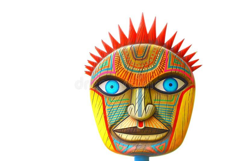 Το χέρι χάρασε την αφρικανική ξύλινη χαρασμένη μάσκα στοκ εικόνες