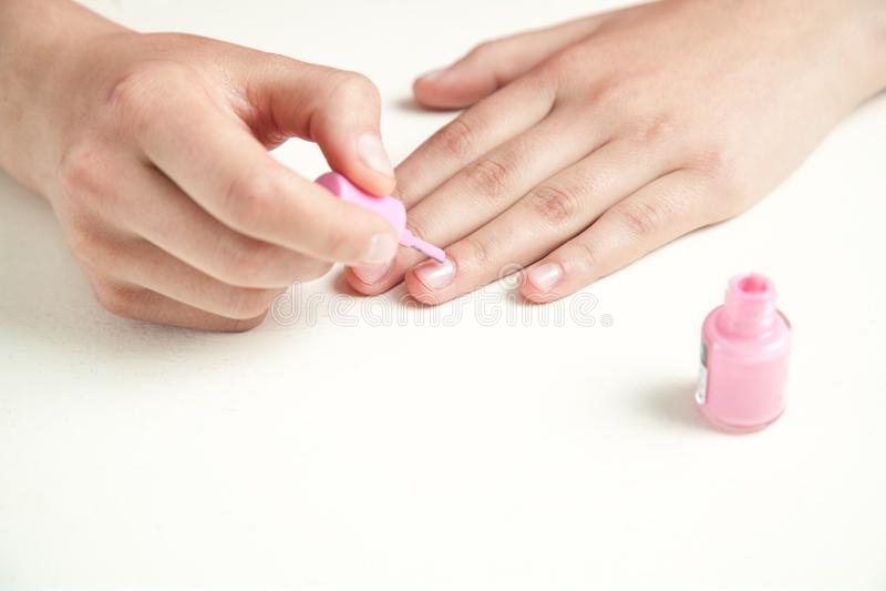 Το χέρι χρωματίζει τα καρφιά με το μανικιούρ στοκ εικόνα
