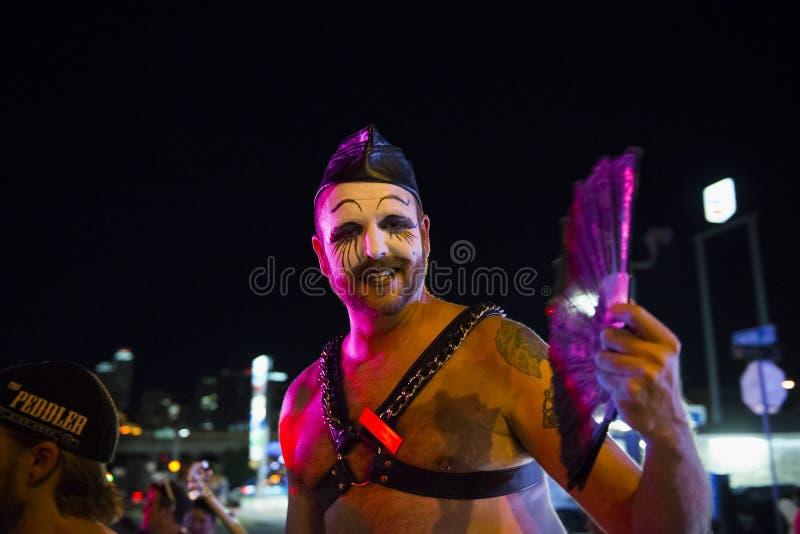 Το χαμογελώντας άτομο με αποτελεί σε μια ομοφυλοφιλική παρέλαση τη νύχτα στην πόλη του Ώστιν, Τέξας στοκ φωτογραφίες