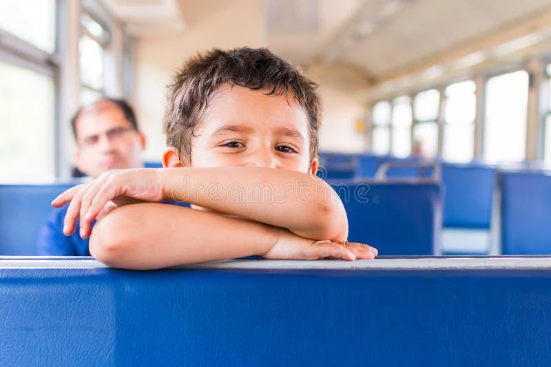 Το χαμογελώντας αγόρι οδηγά το τραίνο στοκ φωτογραφία