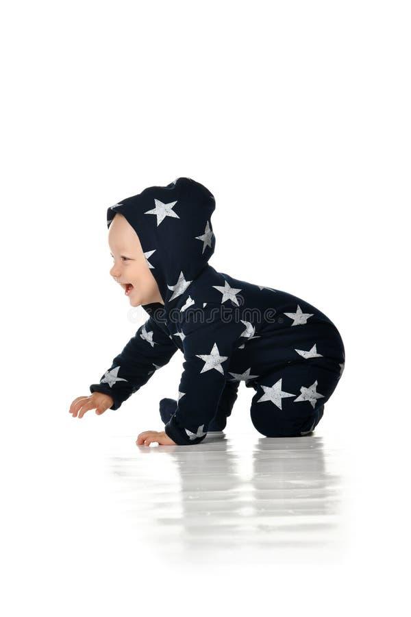 Το χαμογελώντας μωρό σέρνεται απομονωμένος στο λευκό στοκ εικόνα